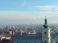 Blick auf die Katholische Stadtkirche im Vordergrund,im Hintergrund die Karpaten